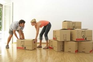 Junges Paar beim Umzug in die neue Wohnung